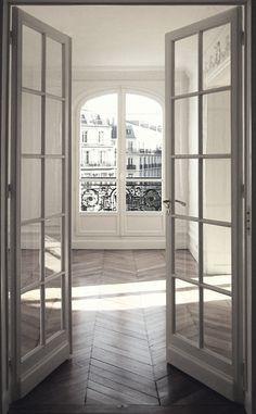 الأبواب والنوافذ المفصلية